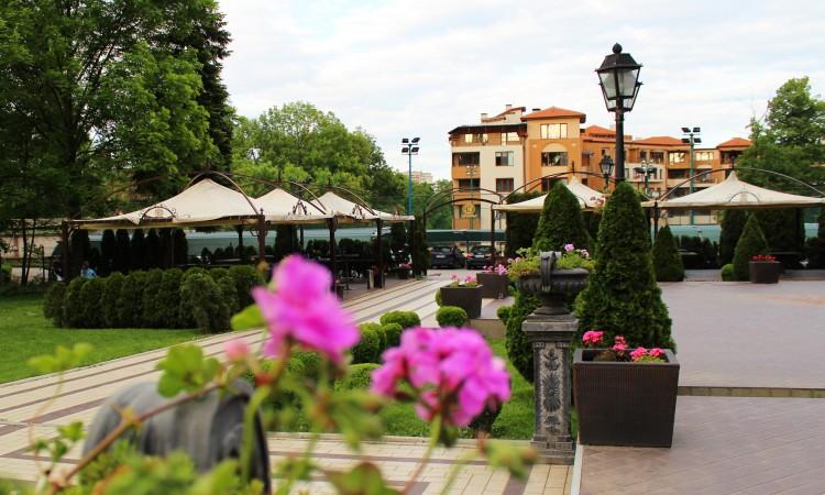 Лятна градина и басейн в хотел Глория Палас